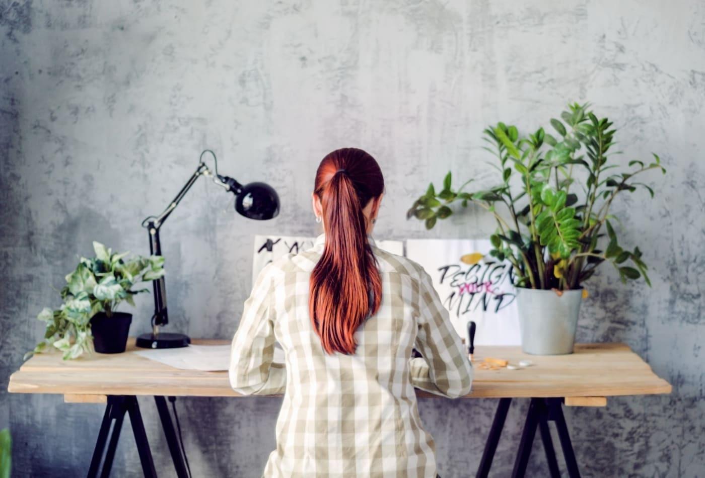 تصویر از کاهش استرس محیط کار با استفاده از گیاهان کوچک