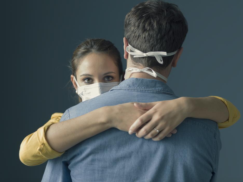تصویر از آیا در این مرحله از بحران کووید19 در آغوش گرفتن یک دوست یا عزیز بی خطر است؟