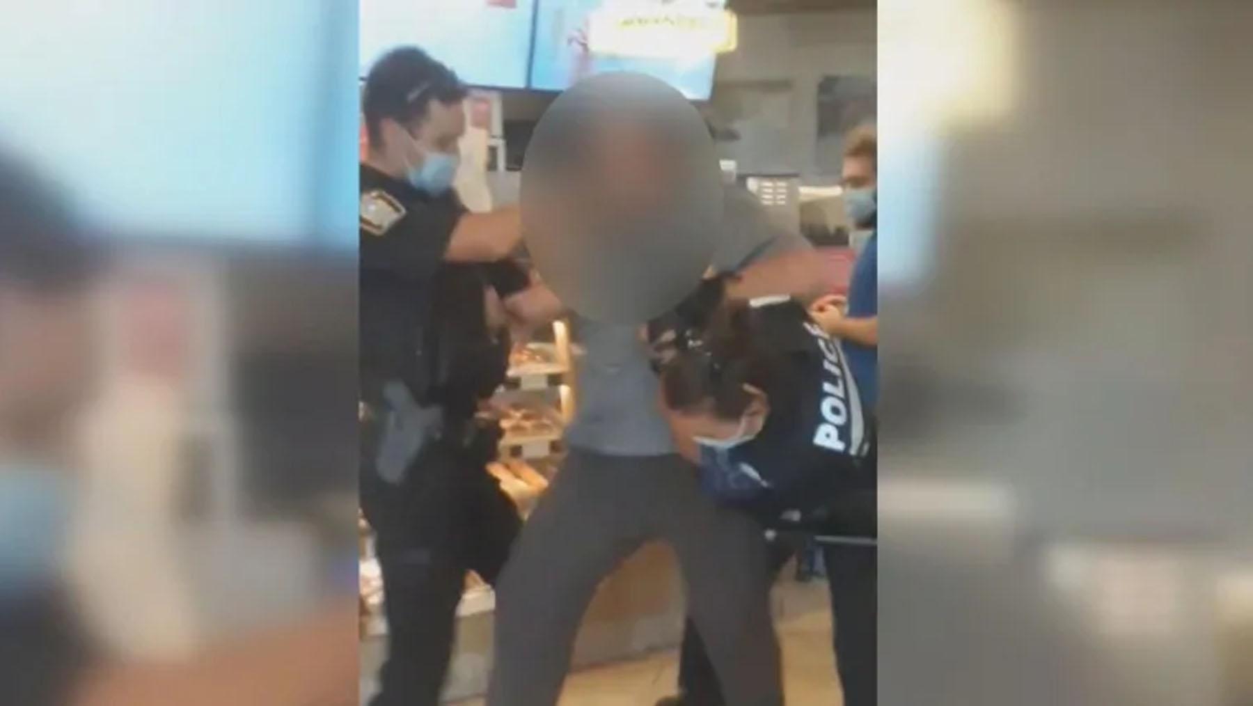 تصویر از بخاطر نداشتن ماسک یک مرد در یکی از رستوران های تیم هورتونز مونترال دستگیر شد