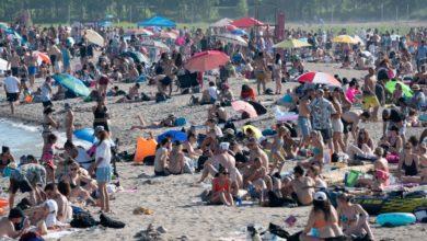 تصویر از علیرغم توصیه مسئولان بهداشتی سواحل تورنتو مملو از جمعیت شده است