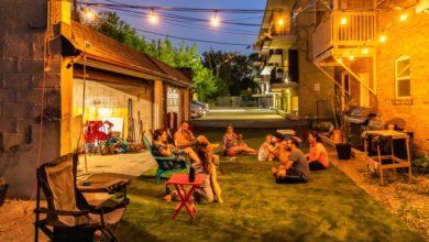 تصویر از چند همسایه در تورنتو پارکینگ مشترک خانه شان را به حیاط خلوت خانواده ها تبدیل کردند
