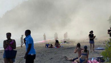 تصویر از ریزش ناگهانی بخشی از صخره های ساحلی اسکاربرو در میان بهت و حیرت مردم