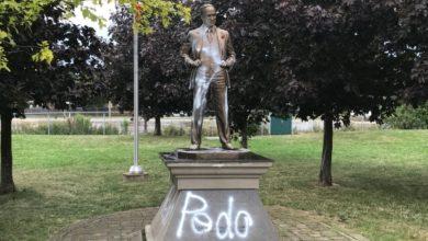 تصویر از مجسمه پیر الیوت ترودو نخست وزیر سابق در شهر وان بار دیگر هدف حملات وندالها قرار گرفت