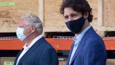 تصویر از جاستین ترودو نخست وزیر کانادا به داگ فورد در پروژه کلنگ زنی کوت گولد در انتاریو پیوست