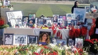 تصویر از خانواده قربانیان پرواز ۷۵۲ محل سقوط هواپیمای اوکراینی را گلباران کردند