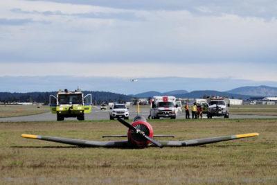 فرود اضطراری یک هواپیمای کوچک روی چمن اطراف فرودگاه ویکتوریا