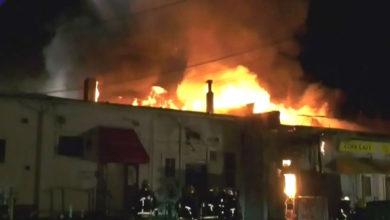 تصویر از پنج واحد کسب و کار در کَمبی طعمه حریق شبانه شدند و به شدت آسیب دیدند
