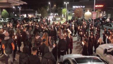 تصویر از حضور ده ها نفر در تجمعی برای حمایت از نوجوان اهل سوری با شمع های روشن