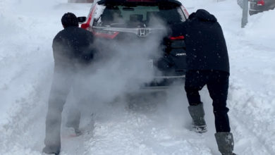 تصویر از مردی از اهالی سسکتون : دوباره گیر کردم و منتظر نیروهای شهرداری برای پاکسازی برف ها ماندم