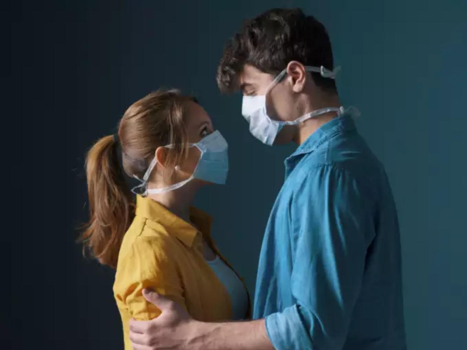 تصویر از دانشگاه هاروارد توصیه کرد : هنگام روابط جنسی هم ماسک صورت بزنید