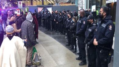 تصویر از چندین نفر از معترضین در تظاهرات علیه پروژه خط لوله در ونکوور دستگیر شدند