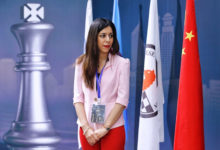 تصویر از شهره بیات ، شطرنج باز ایرانی جایزه زنان شجاع وزارت خارجه آمریکا را دریافت میکند