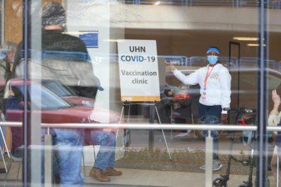 کارکنان واکسینه نشده باید پیش از حضور در محل کار تست منفی کووید-19 ارائه کنند: شبکه بهداشت دانشگاه