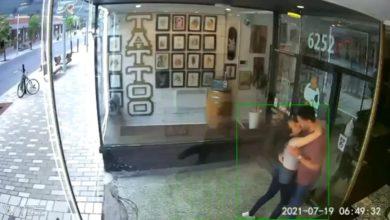 تصویر از عشق ورزی زن و شوهر به یکدیگر سبب شکستن درب شیشهای آرایشگاهی در مونترال شد