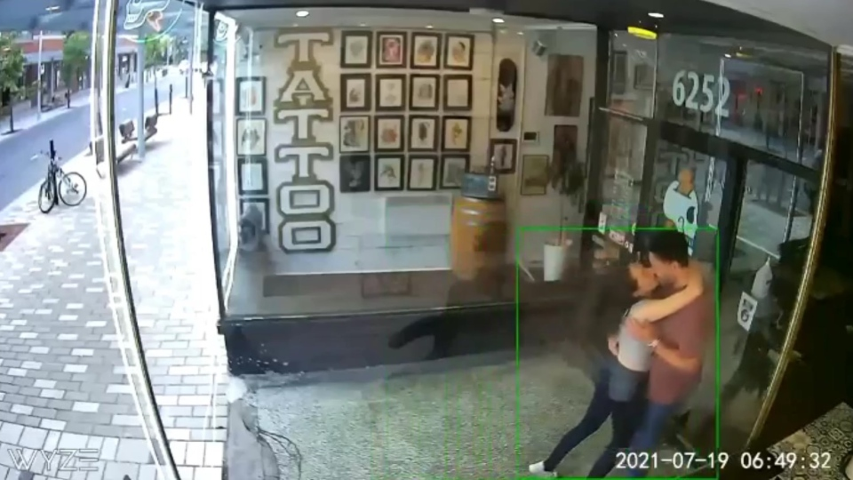 عشق ورزی زن و شوهر به یکدیگر سبب شکستن درب شیشهای آرایشگاهی در مونترال شد
