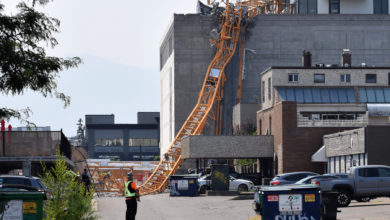 تصویر از حادثه سقوط جرثقیل در محل ساختمانسازی در شهر کلونا بریتیش کلمبیا چندین کشته در بر داشت