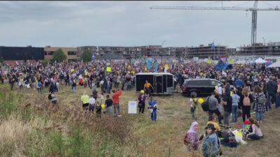 اعتراض هزاران نفر به پاسپورت واکسن در مونترال با حضور برخی از اعضای کادر درمان