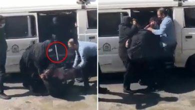 تصویر از استفاده از میله مخصوص زندهگیری سگ توسط گشت ارشاد برای دستگیری یک زن به دلیل بدحجابی